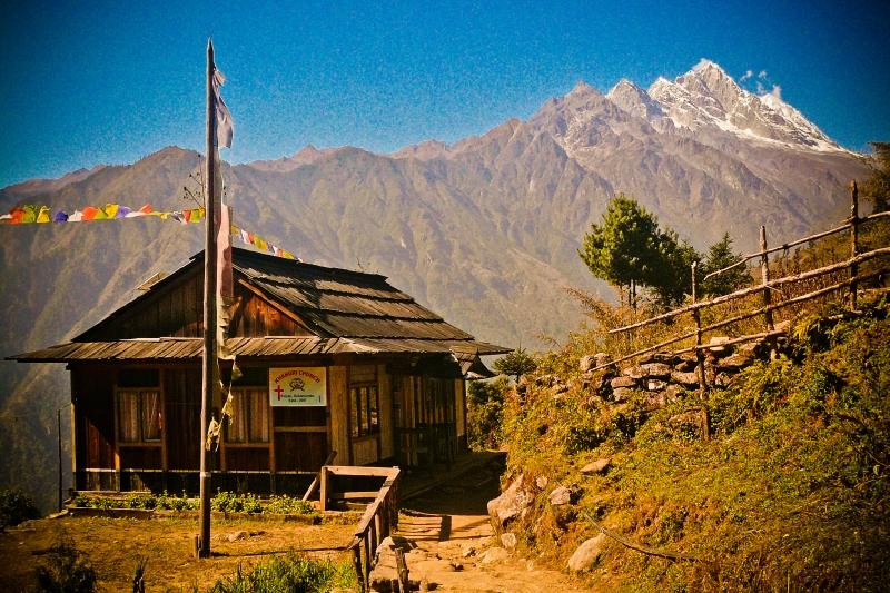 Église chrétienne du village de Polyan, dans la région de Solukhumbu au Népal, une région où s'entremêlent hindouisme, bouddhisme tibétain, religions folkloriques et christianisme.